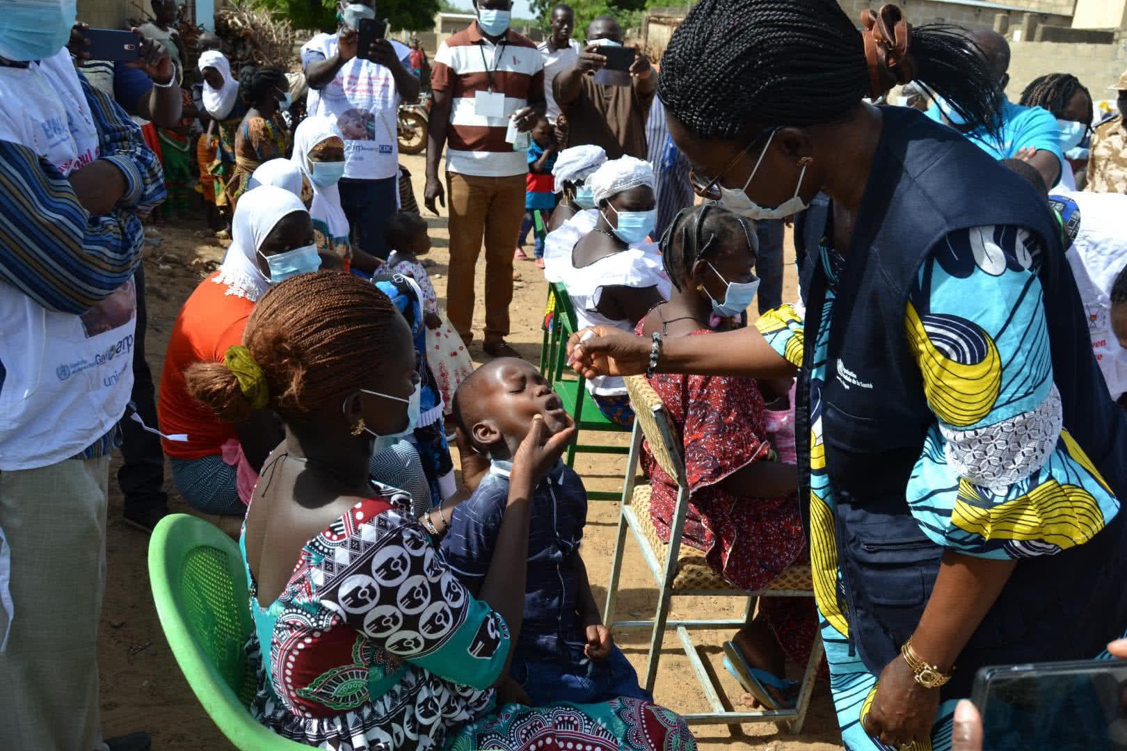 La OMS apoya las actividades de vacunación durante la pandemia de COVID-19